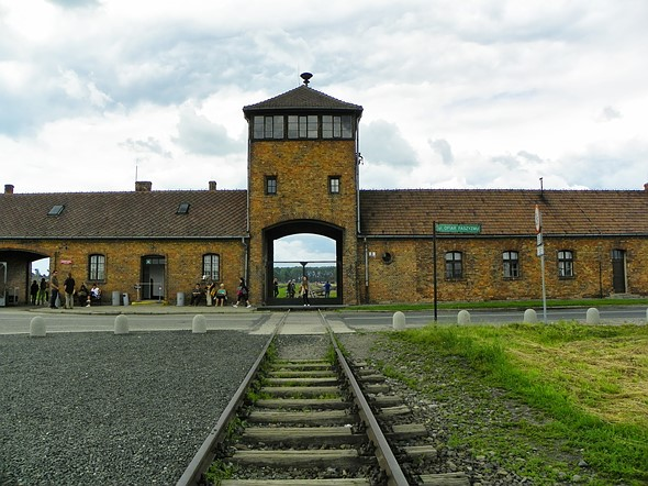 Auschwitz Museum urges visitors to not be disrespectful by taking selfies on the train tracks 1