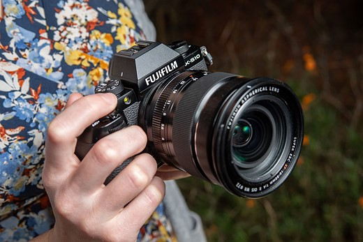 Hands-on with the Fujifilm X-S10: Small camera, great grip